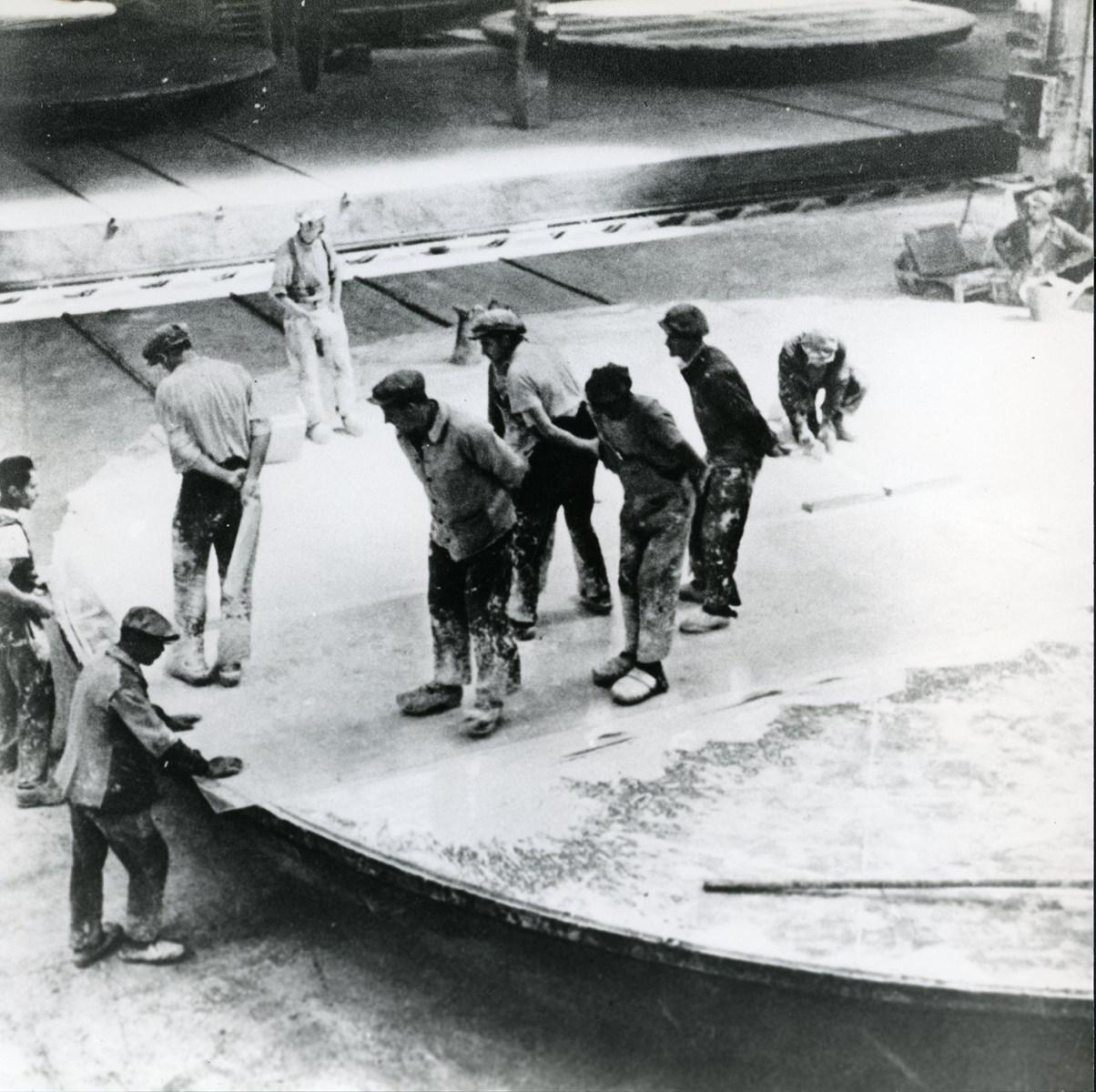 Les feuilles de glace sont scellées avant polissage, sur des grandes tables rotatives, les ferasses. Probablement à Courcelles, vers 1910