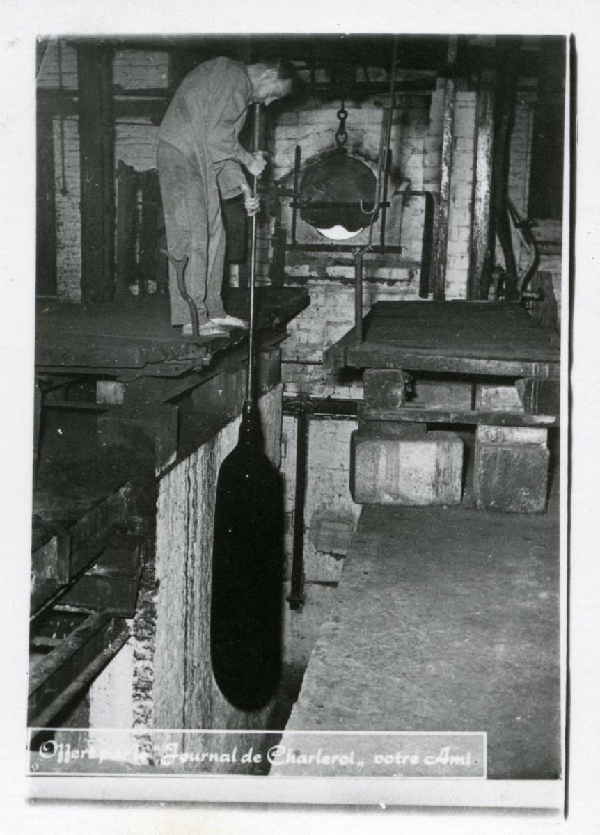 Souffleur façonnant le canon au-dessus de la fosse de longeage, début 20 es