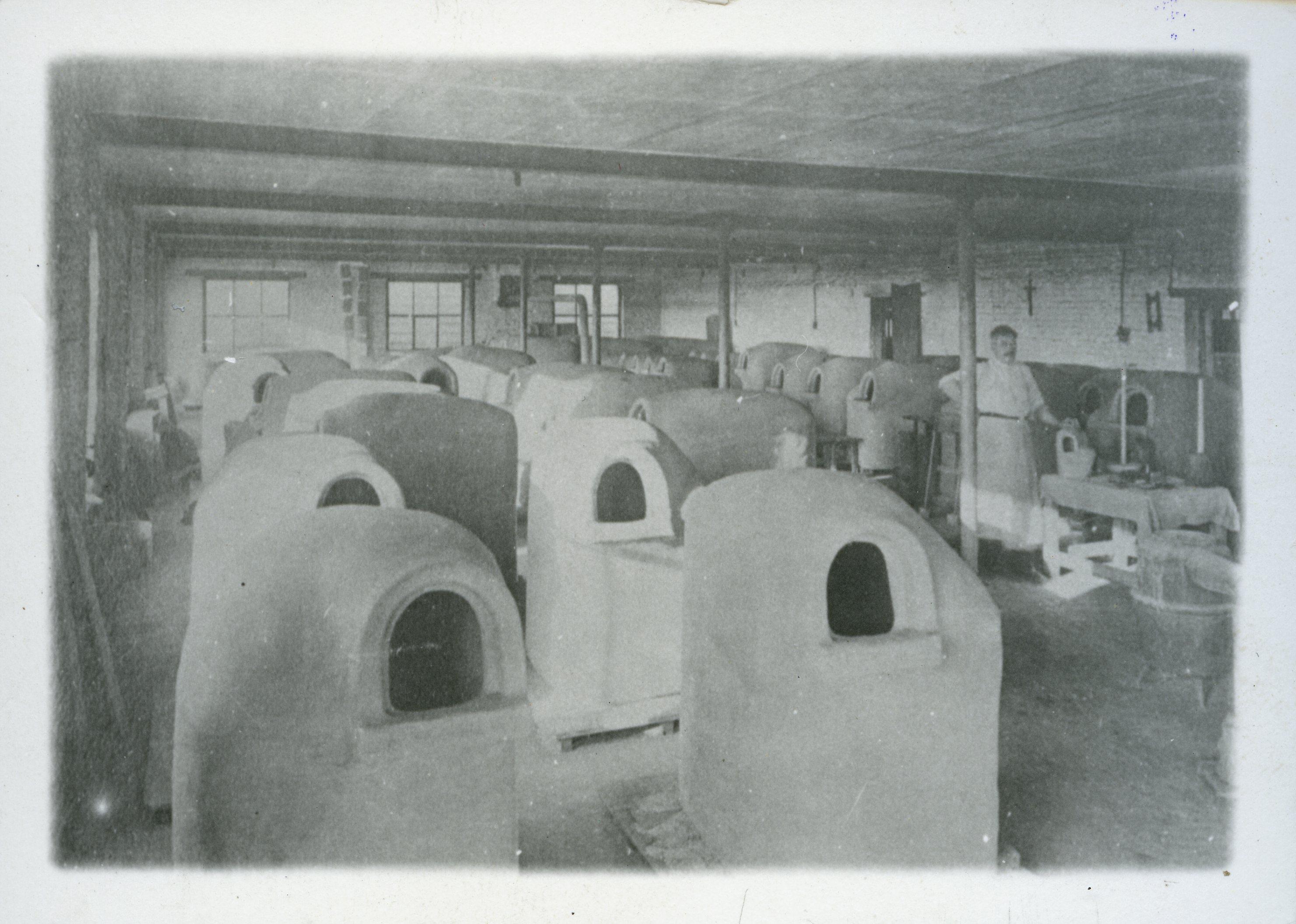 Vue intérieure de verrerie-service poterie: façonnage de creusets fermés