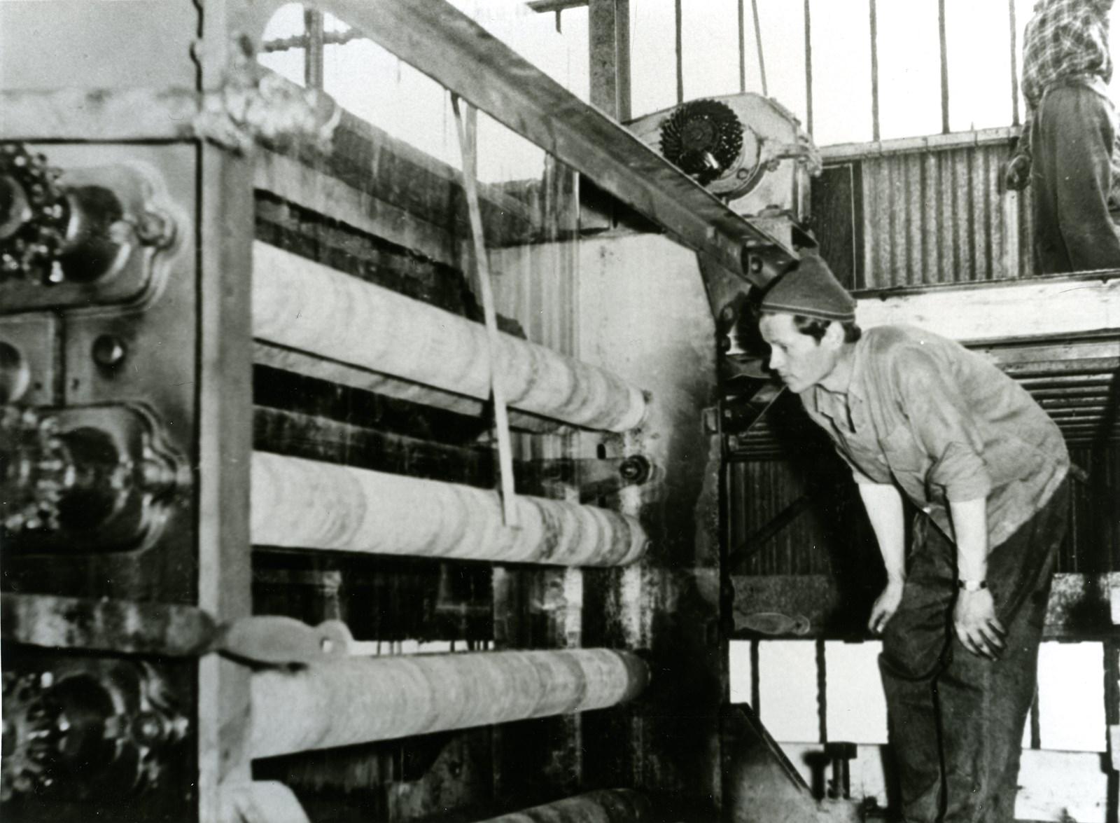 Le ruban de verre monte entre les rouleaux d'amiante, vers 1930