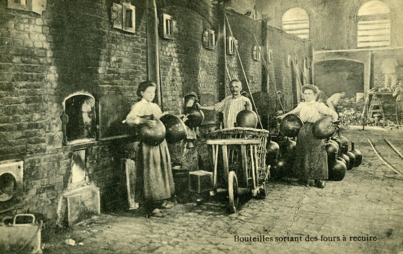 La sortie de l'arche de recuit des dames-jeannes aux Verreries de Jumet, vers 1900