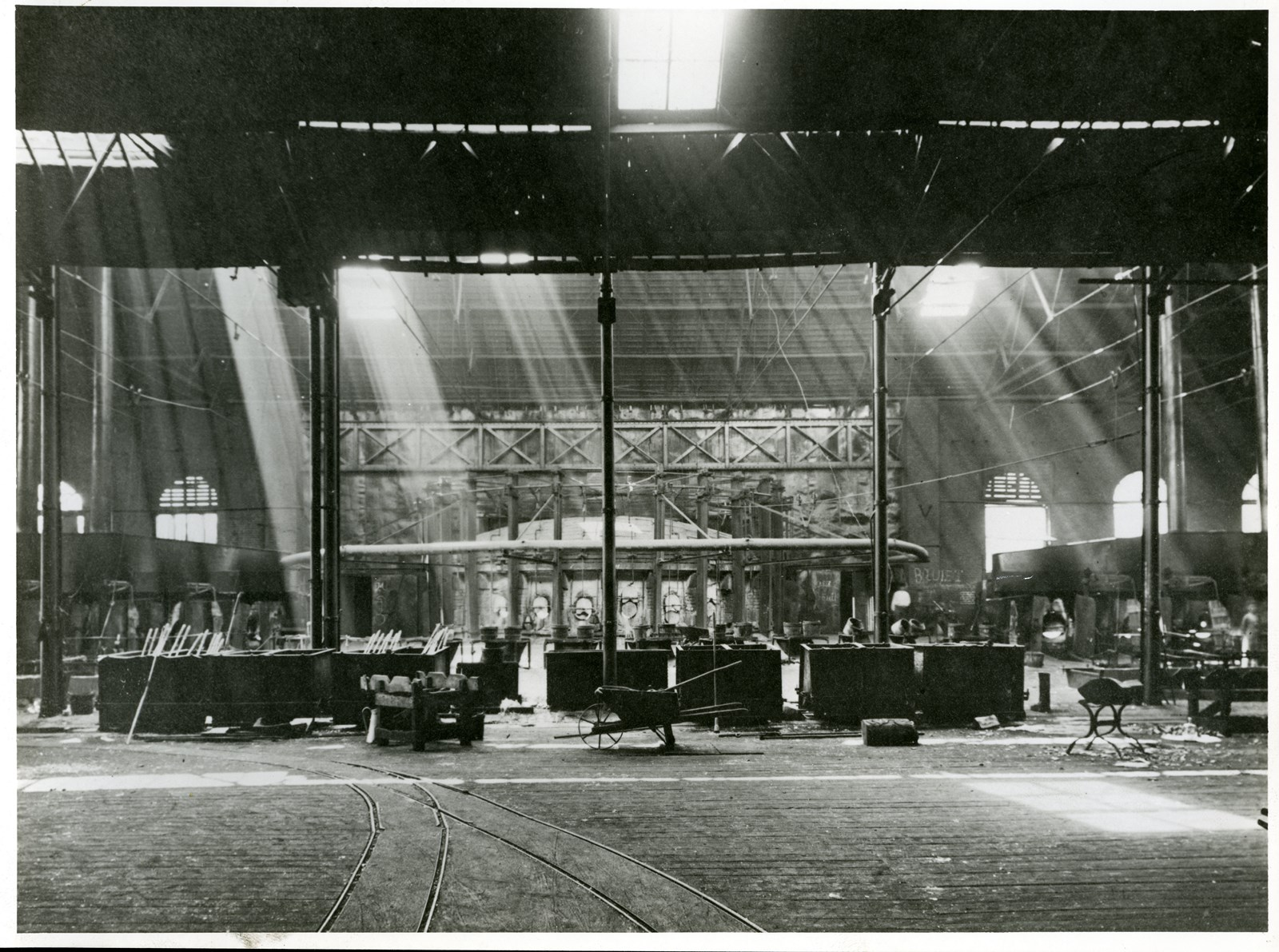 Grand four à bassin, à gauche, des cannes de souffleurs vers 1900